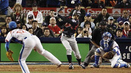 Ichiro Suzuki conectó 4 indiscutibles en el juego por el campeonato. (Matt Sayles/AP).