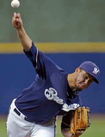 Yovani Gallardo contribuyó con su brazo y su bat al triunfo de Cerveceros. (Darren Hauck/AP).