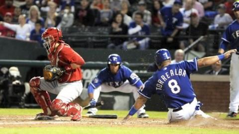 Yorvit Torrealba anotando para Rangers de Texas contra Diablos Rojos del México