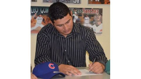 David Villegas estampando su firma para Cachorros de Chicago