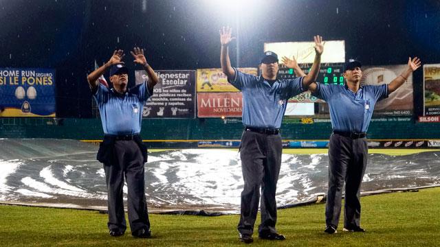 Umpires decretan suspensión por lluvia