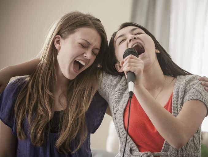 amigas_cantando_0