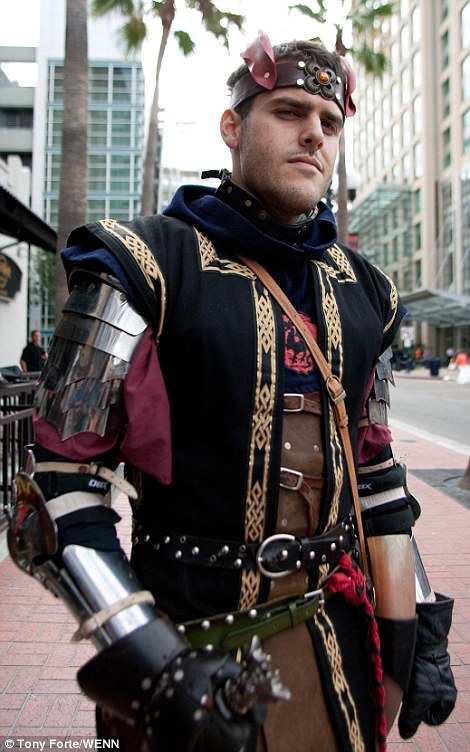 2A64E6B600000578-3157610-Fans_and_Cosplayers_kicked_off_Comic_Con_at_the_San_Diego_Conven-a-71_1436643031832