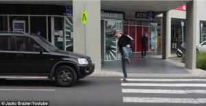 Video hilarante de bromistas que engañan a los conductores creyendo que ven objetos invisibles frente a sus autos