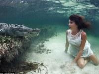 Una modelo italiana nada junto a cocodrilos en extraordinaria sesión fotográfica