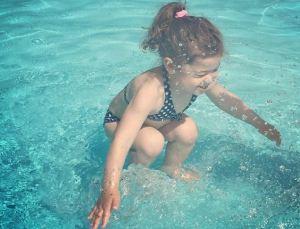 ¿Esta niña está bajo el agua o salta en una piscina? La foto que tiene a toda la red desconcertada