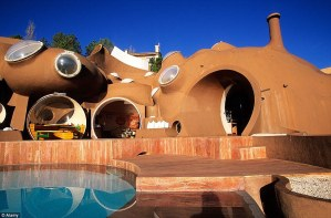 Conoce la Maison Bulle, la casa futurista de Pierre Cardin que ahora pone a la venta