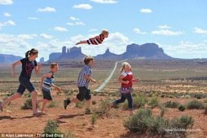 Papá capta a su hijo de dos años de edad, con síndrome de Down, volando sobre lugares impresionantes en esta segunda serie de imágenes