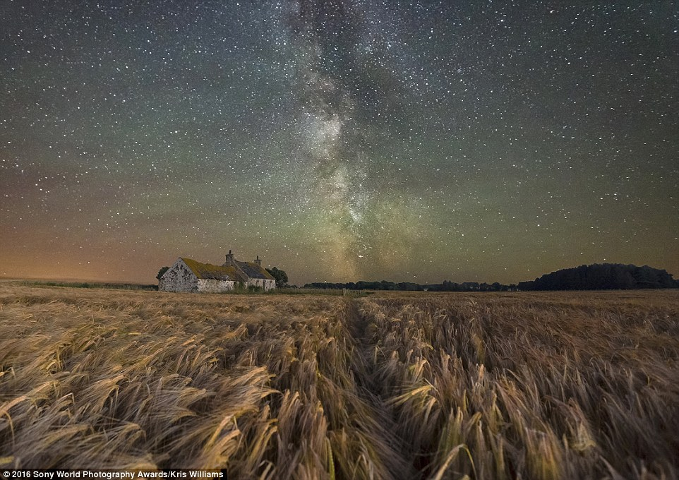 2DF3349800000578-3296769-Kris_Williams_from_the_UK_pictured_this_starry_night_above_a_der-a-11_1446221823034