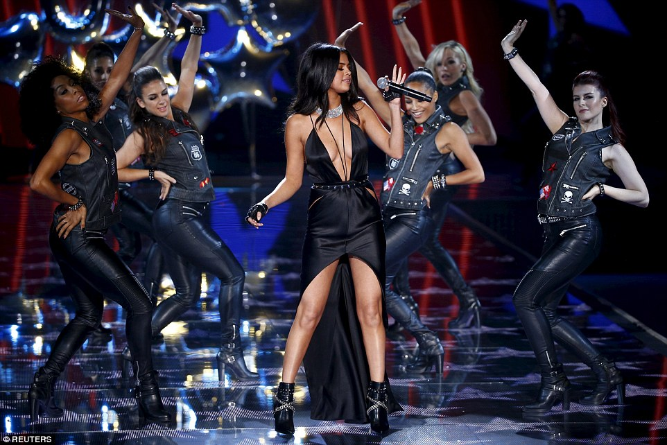 2E52E35C00000578-3312676-Musical_magic_Selena_Gomez_dressed_to_impress_in_a_plunging_blac-a-7_1447251514462