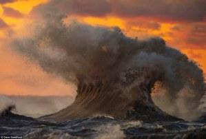 Fotografías potentes que muestran estas montañas líquidas del Lago Erie azotado por las tormentas otoñales