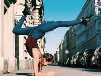 Fanática del yoga se convierte en estrella de Instagram por sus selfies articulados en la calle.