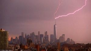Un fotógrafo capta en una fracción de segundo un rayo que cayó sobre la aguja del World Trade Center