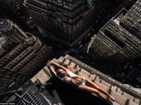 Sesión de modelaje peligrosamente cerca del borde de rascacielos en Nueva York