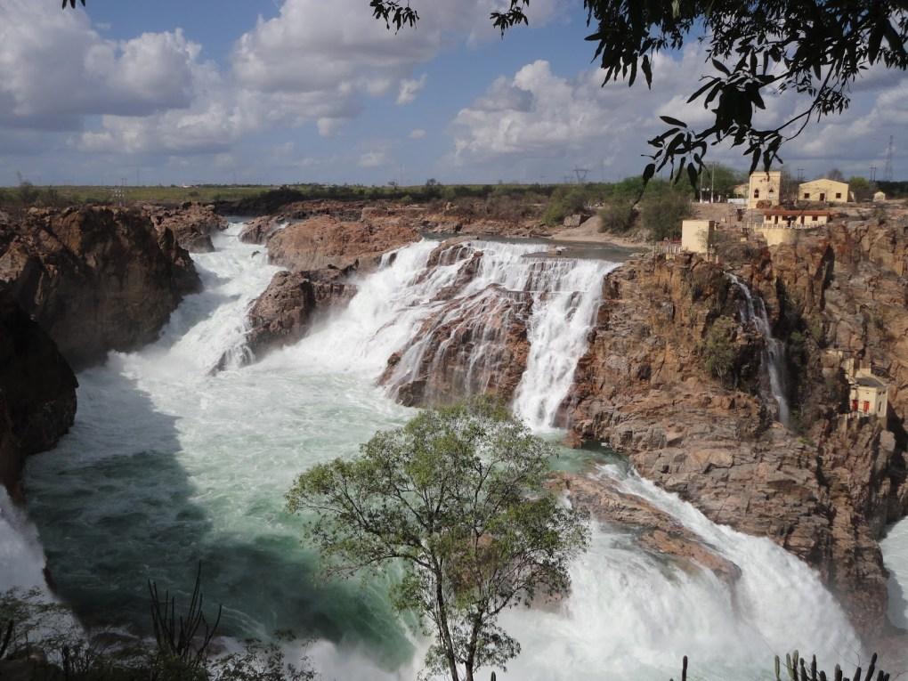 As excursões saindo de Salvador para Paulo Afonso te levam a conhecer a famosa cachoeira da cidade.