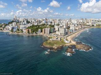 Foto aérea do Farol da Barra em Salvador, Bahia.