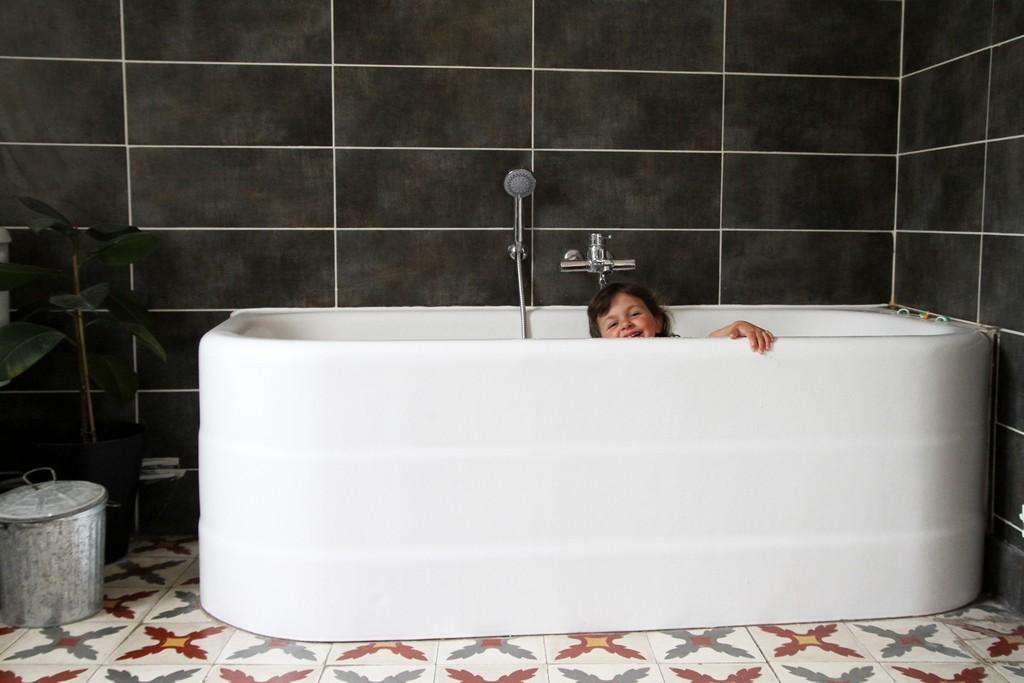 ... Juste Quuelle Sera Rsistante Dans Le Temps Ce Soir Cuest Moi Qui Me  Fait Un Bain Pour Tester La Jolie Baignoire With Comment Peindre Une  Baignoire.