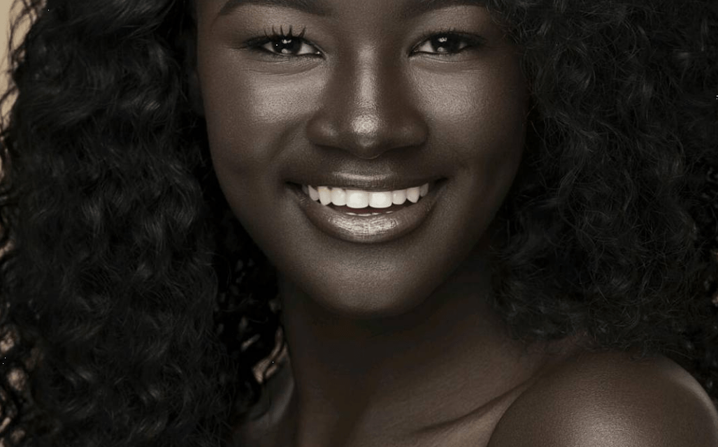 Khoudia Diop une déesse de la mélanine dont la peau noire éblouit