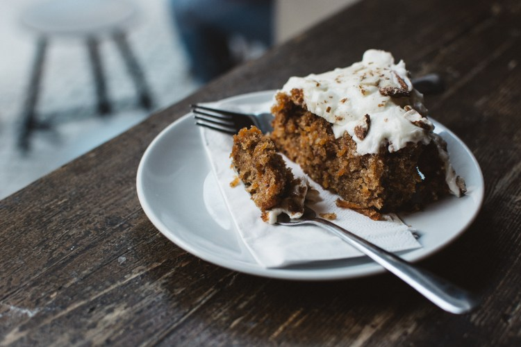 foodiesfeed.com_eating-carrot-cake-in-a-café