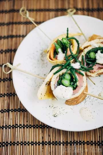omeletrolletje met zalm, groene asperges en zeekraal