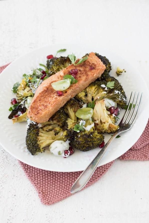 Broccolisalade met zalm, druiven en granaatappel
