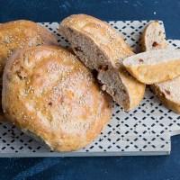 Turkse broodjes met oregano en zongedroogde tomaten