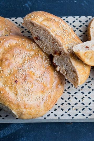 turkse broodjes met oregano en zongedroogde tomaat