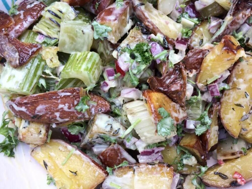 Aardappel bleekselderij salade van de barbecue