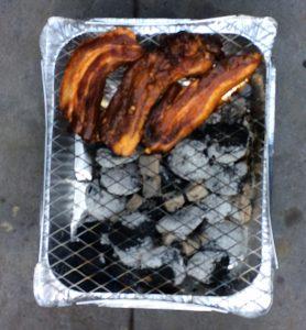 Spelklapjes op een wegwerpbarbecue