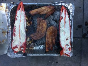 Puntpaprika's op een wegwerpbarbecue