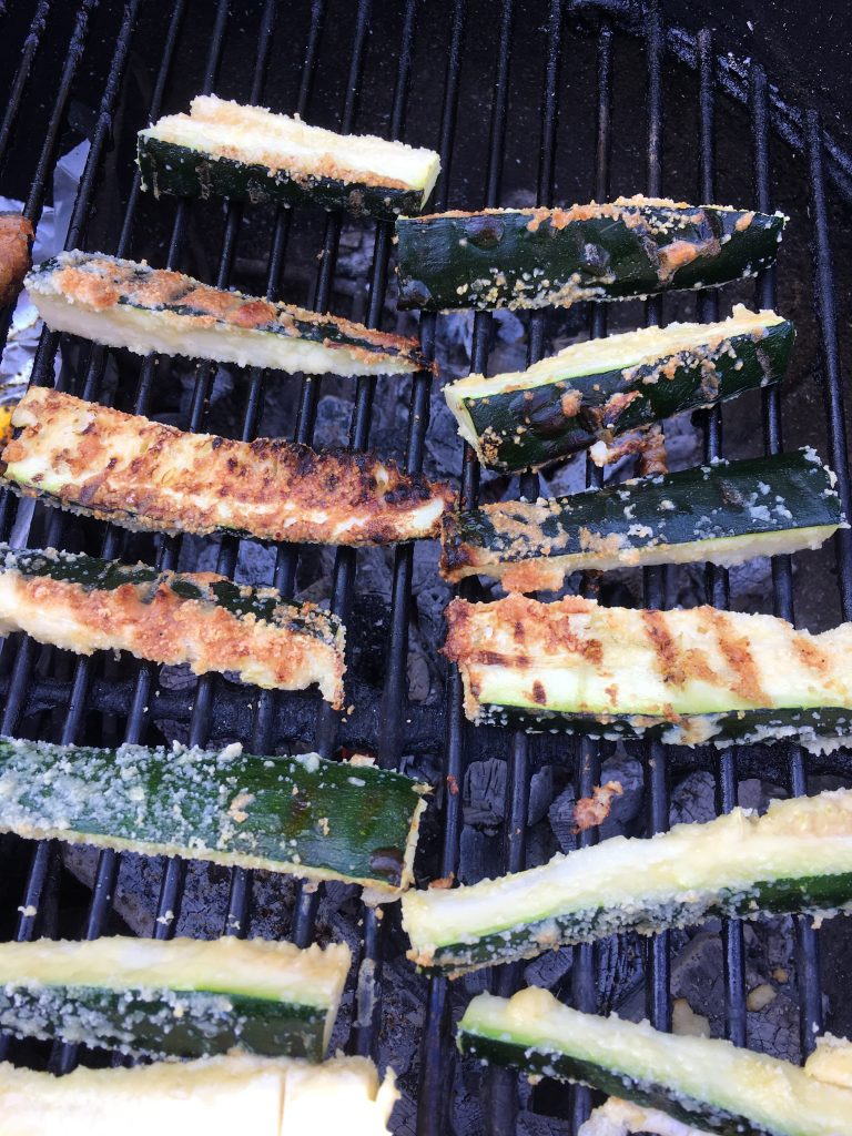 Gegratineerde courgettes op de barbecue