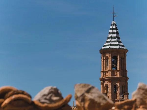 campanario e la iglesia de san Miguel Arcángel en Mezalocha
