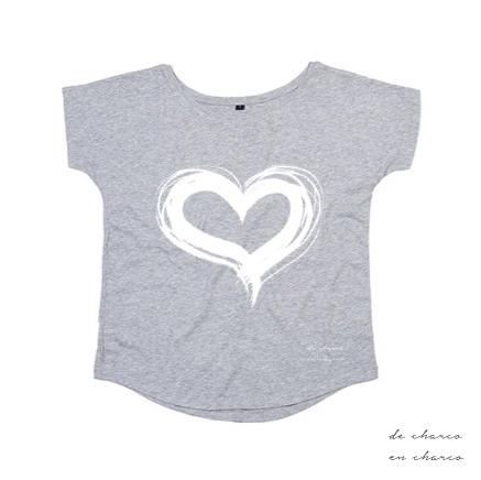 camiseta mujer gris corazon blanco 2 www.decharcoencharco.com