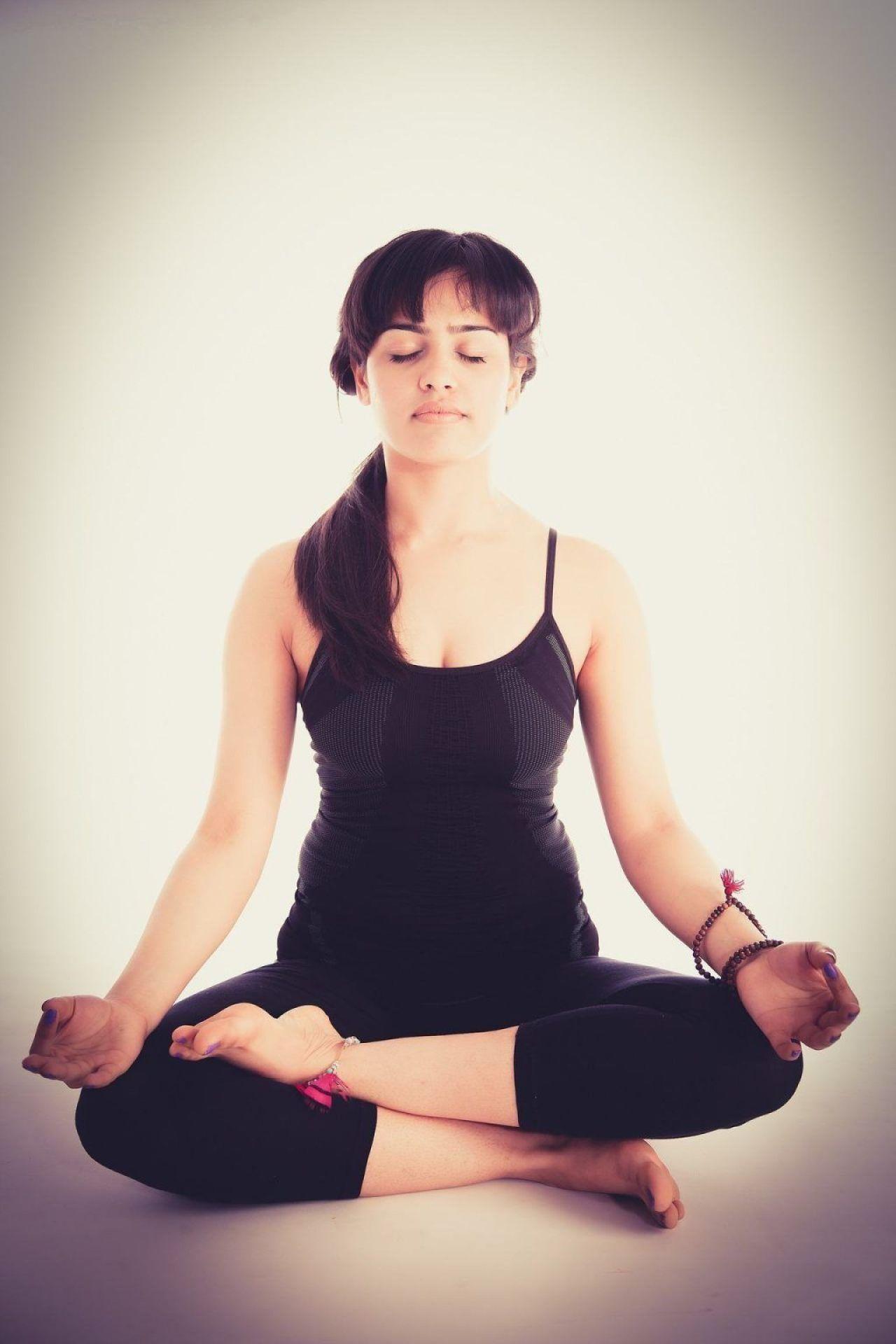Mujer meditando - Programa MBSR Mindfulness