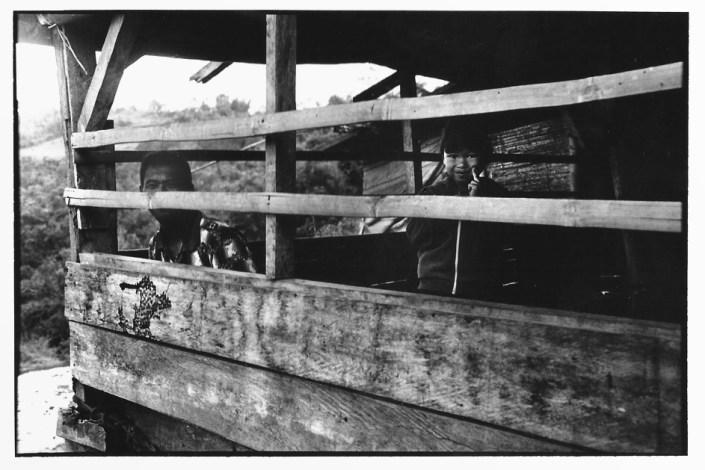 Enfant à la barrière, Indonésie, photographies argentiques, Devals
