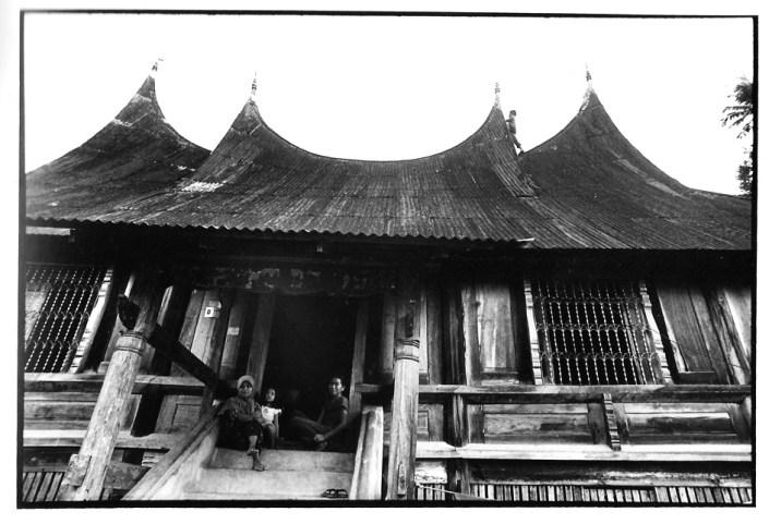 Le couvreur de rumah gadang, Indonésie, prises de vues argentiques, J-P Devals