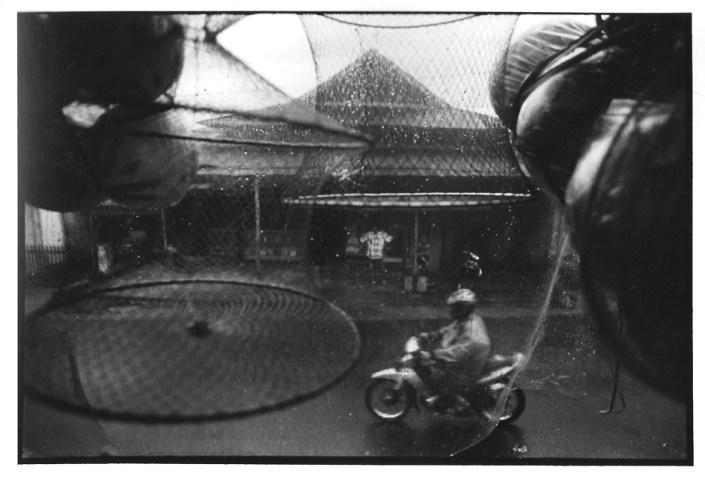 Sous la pluie, Indonésie, clichés noir et blanc argentique, Jean-Pierre Devals