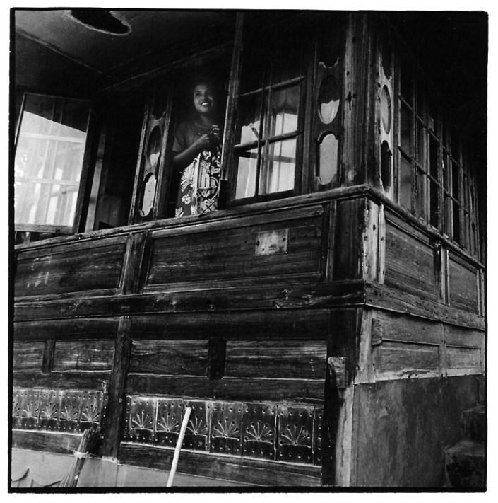 Jeune fille à la fenêtre, Indonésie, noir et blanc argentique, Jean-Pierre Devals