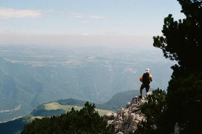 पहाड़ की चोटी पर खड़ा आदमी