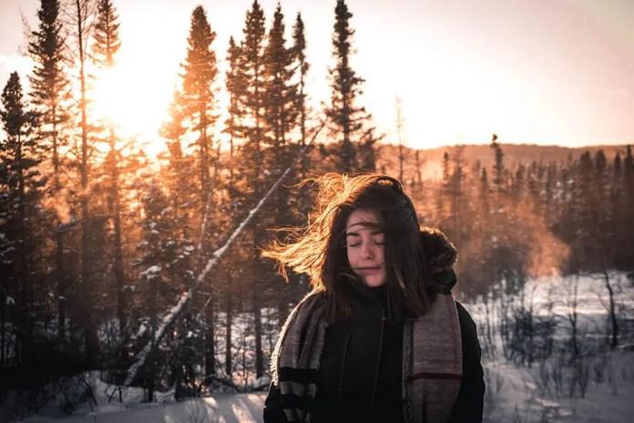 बर्फीली जंगल में महिला सोच में खो गई