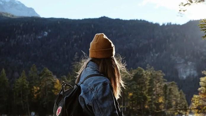 महिला लंबी पैदल यात्रा और विचार में खो गई