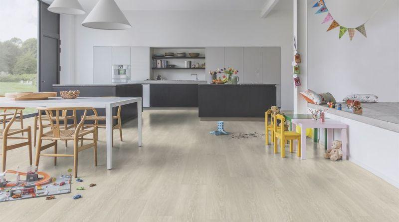 Efekt dębowej podłogi w kuchni i łazience