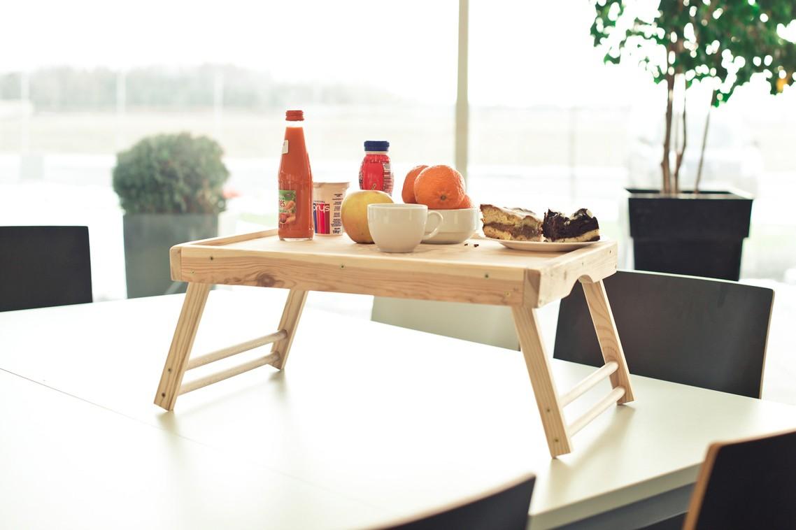 Letnie śniadanie do łóżka - drewniany stolik