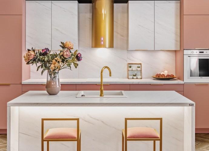 Kuchnia z różowymi meblami