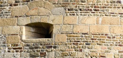 Canonnière au château de Fougères.