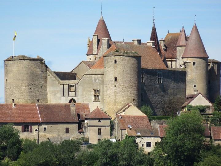 Château de Châteauneuf-en-Auxois, une forteresse bourguignonne bien conservée.