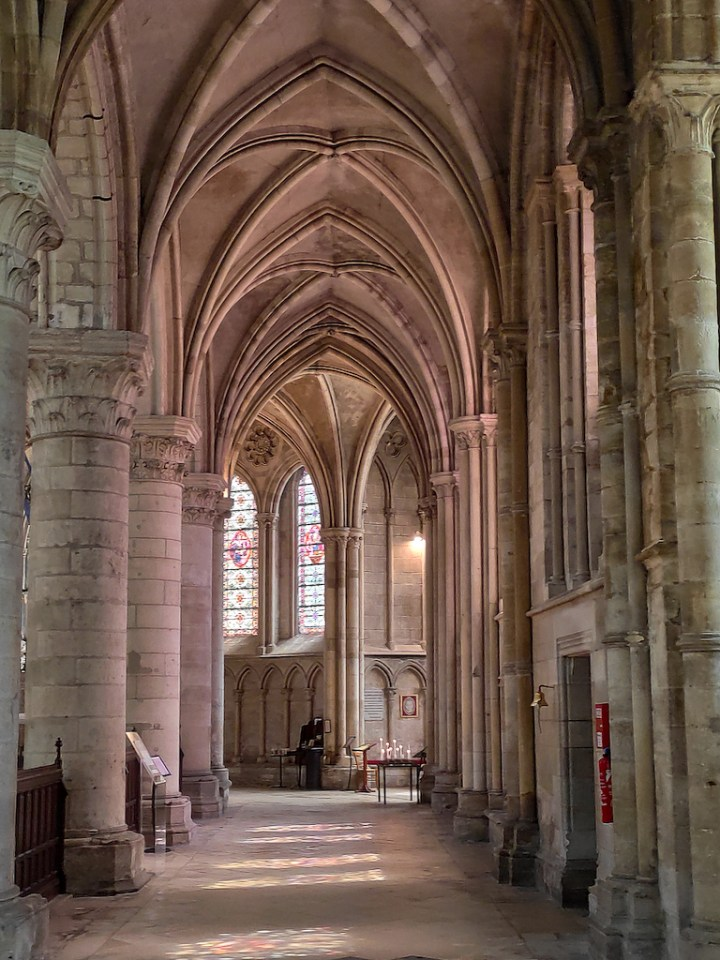 Déambulatoire de la cathédrale de Lisieux, photographié au smartphone
