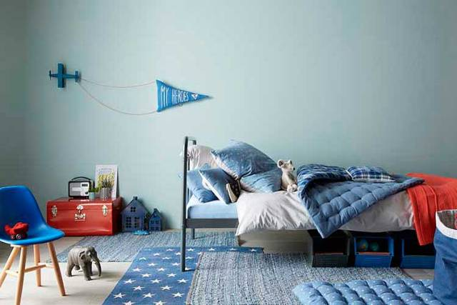 Yatak odası için örtüşen kilimler