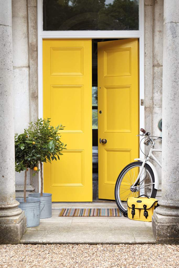 Une Peinture jaune brillant pour décorer sa porte d'entrée