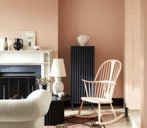 Un salon au murs peints en rose poudré Masquerade de chez LITTLE GREENE